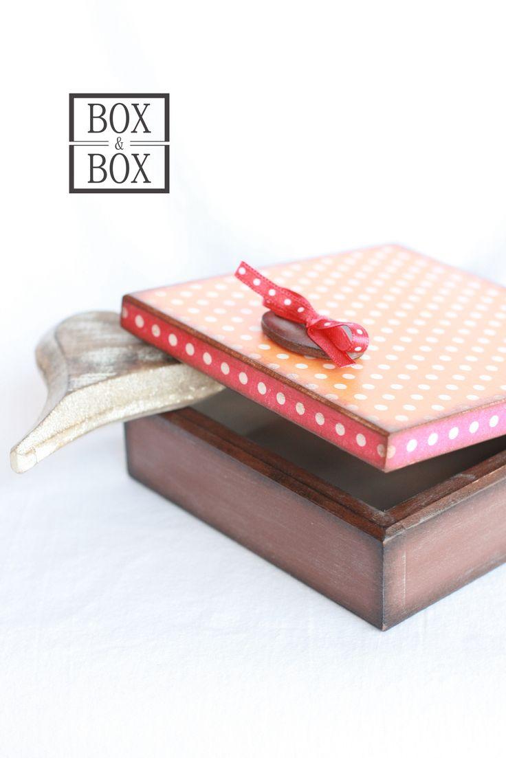 S čokoládovým medailonkem Dřevěná krabička zdobená dřevěným oválkem a mašličkou. Uvnitř akrylová barva. Mašlička zašitá, aby se nemohla rozvazovat. Rozměry 12,5x12,5x5cm.