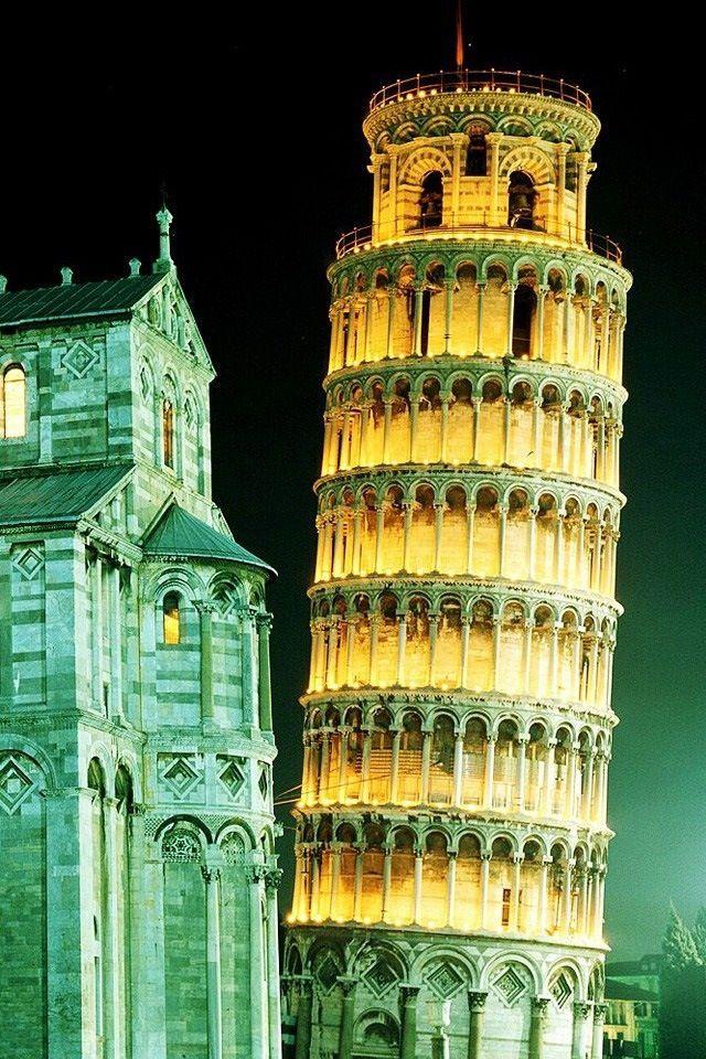 Llegar a Pisa de noche en julio. Vacía de turistas. El hotel, el mantel de la pizzeria, aquella magia. Aquella estatua al dia siguiente. A veces pienso que no me volverán a pasar estas cosas.