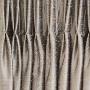 Dobras e barras Detalhes como pregas e barras ajudam a sofisticar a cortina. As pregas do tipo macho-fêmea, americana e paulista criam volume. A barra serve para ajustar o tamanho e pode variar de 10 a 40 cm, sendo as mais altas consideradas mais sofisticadas.