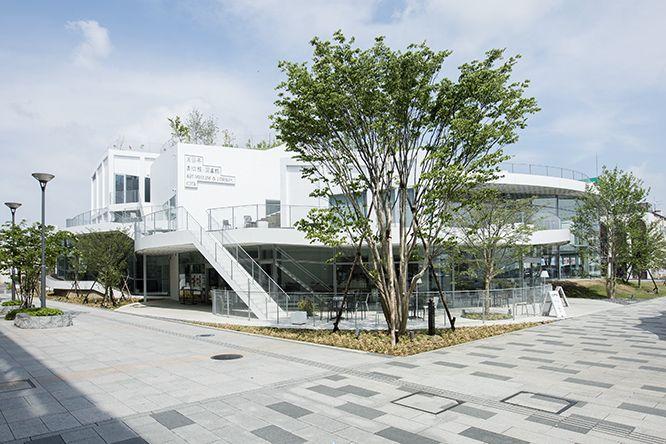 群馬県の太田駅前に楽しい美術館・図書館ができました。平田晃久が市民と一緒につくった〈太田市美術館・図書館〉は、小さな丘が集まったような形です。ちょっと足を伸ばして、居心地のいい空中庭園に出かけてみませんか?