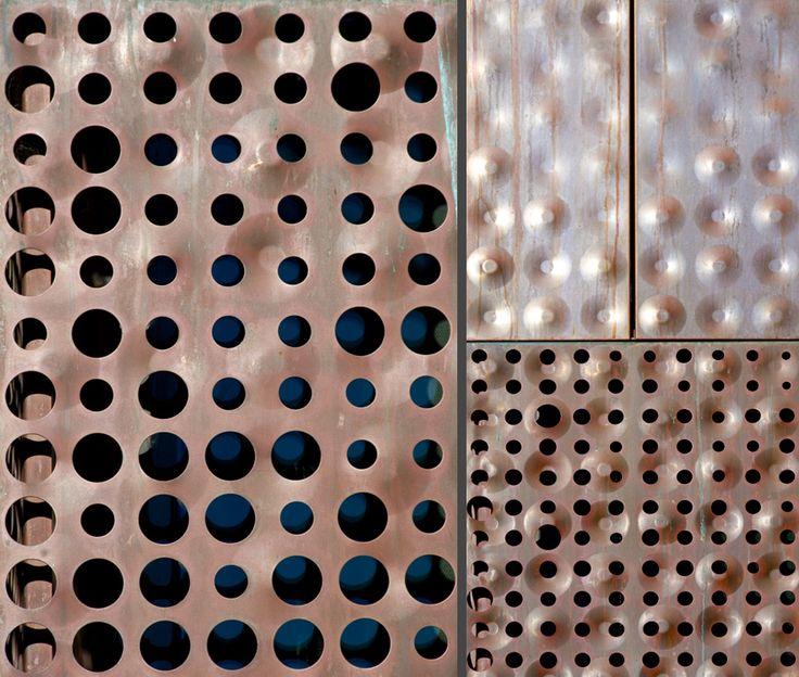 Efecto en chapa. Doble trama: una trama la dan las perforaciones, y otra las concavidades-convexidades, entre ambas trabajan como dos texturas simultaneas. Museo de Young, Herzog & De Meuron.Ver fachada: http://www.pinterest.com/pin/486811040943229762/