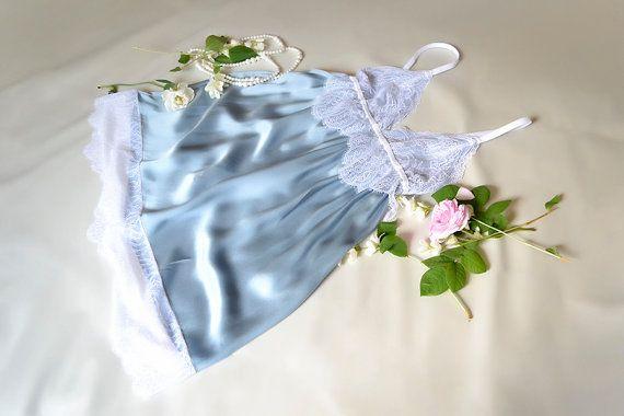 Lingerie en soie (chemise de nuit, nuisette) avec de la dentelle (vêtements de nuit de lune de miel)