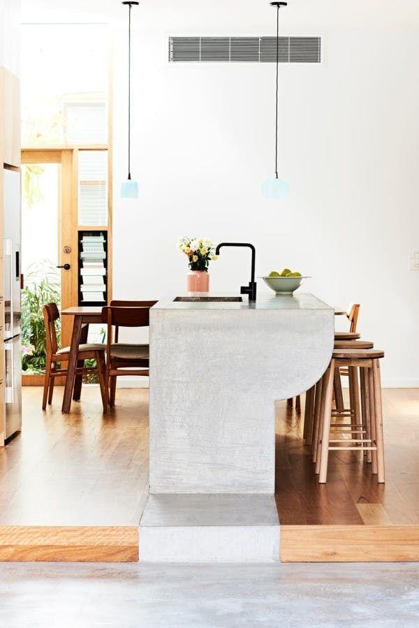 Бетонная барная стойка-кухонный остров с раковиной. Эта бетонная барная стойка была создана дизайнерами в ходе реконструкции узкого дома в Австралии. .