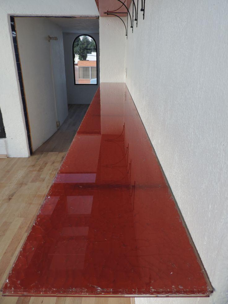 Las repisas son vidrio craquelado color rojo y en el piso se coloco duela de madera natural.