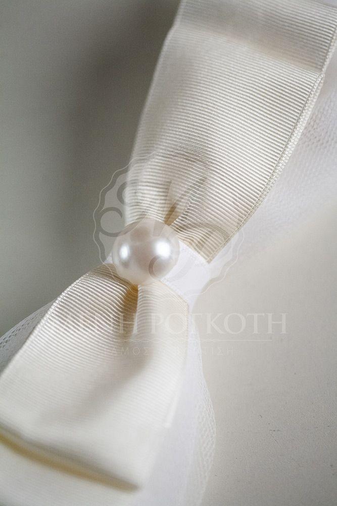 Μπομπονιέρα γάμου παπιγιόν εκρού με πέρλα