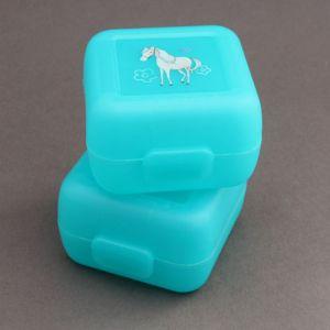 Lot 2 petites boites à goûter cheval Crocodile Creek sans BPA.  Ces deux boites eco-friendly feront des merveilles pour emmener et protéger le goûter lors des sorties des enfants. Fini gâteaux ou fruits écrasés ! Sans BPA, elles sont l'assurance de goûters d'une hygiène parfaite, sains et délicieux ! Motifs : cheval blanc sur fond bleu. Dimensions : 8 x 8 x 5 cm.