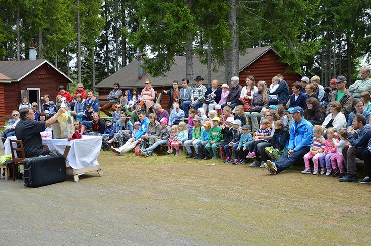 Nukketeatteri Sytkyt naurattaa lapsia ja vähän varttuneempaakin juhlaväkeä. Luuppi, Oulu (Finland)