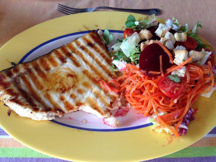 Filete de pez espada, 310 g. Ensalada con zanahoria, remolacha, tomate y aceite de oliva virgen extra.