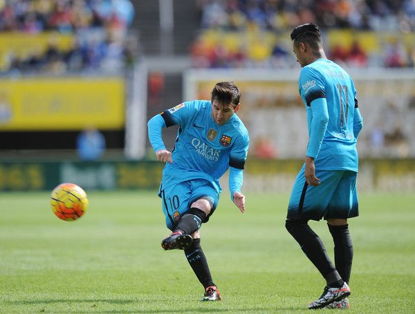 Lionel Messi of FC Barcelona takes a free kick beside Neymar during the La Liga match between UD Las Palmas and FC Barcelona at Estadio Gran Canaria on February 20, 2016 in Las Palmas