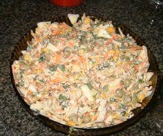 1 peito de frango  - 1 cebola  - 1 pimentão verde  - 1 maçã verde picada e sem casca  - 1 colher (sopa) de suco de limão  - 2 cenouras  - 1 lata de ervilha escorrida  - 1 lata de milho verde escorrido  - 100 g de azeitonas verdes  - 1 maço de cheiro verde  - Sal a gosto  - 2 xícaras( chá) de maionese  - 200 g de batata palha  -