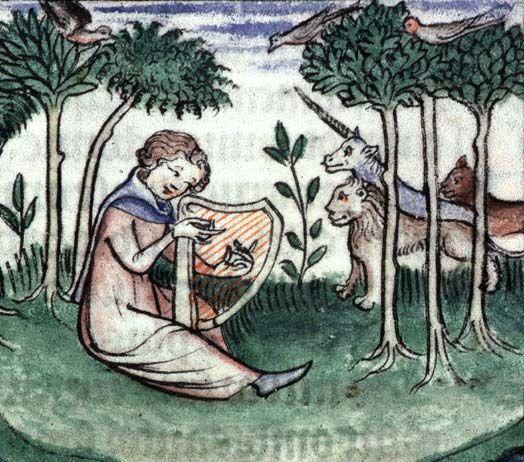 """L'unicorne antique. La croyance en l'existence d'un quadrupède possédant une seule corne apparaît dès le Ve siècle av. J.-C., chez un médecin grec nommé Ctésias. Dans son Histoire naturelle, Pline l'Ancien (30-79) parle ainsi d'un fauve que l'on chasse en Inde : """"L'unicorne a le corps du cheval, la tête du cerf, les pattes de l'éléphant et la queue du sanglier. Son mugissement est grave, une corne longue et noire s'élève au milieu du front. On dit qu'il ne peut être attrapé vivant."""""""