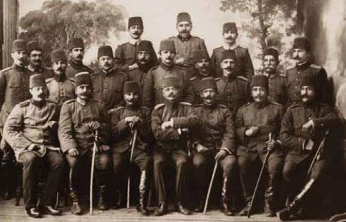 1881-1915 yılları arası Atatürk albümü. 3'üncü Ordu Kurmay Subayları ile, Selanik, 1910