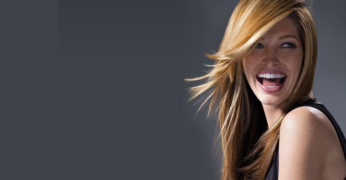 ANNI 90 - Un lungo molto liscio con le Masque Spray 10 en 1 Express Therapy Urban Care Jean Louis David e dinamizzato con punte pettinate all'esterno con Nutri Serum Urban Style Jean Louis David. Colore : Una Nuova Tecnica : LIFT COLOR Su una base scura, accentuata sulla parte inferiore, il Lift Color, con un gioco di schiaritura progressiva, crea un effetto Tie and Dye all'inverso. Le lunghezze sono più scure. Gli anni della mia adolescenza, qui scelgo i Queen The show must go on