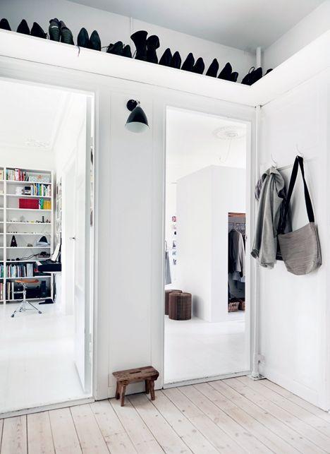 Um Platz zu sparen lohnt es sich ein Schuhregal überhalb der Türen anzubringen, nur einen kleinen Hocker oder Schemel sollte man nicht vergessen >> Schuhregal mit Schemel