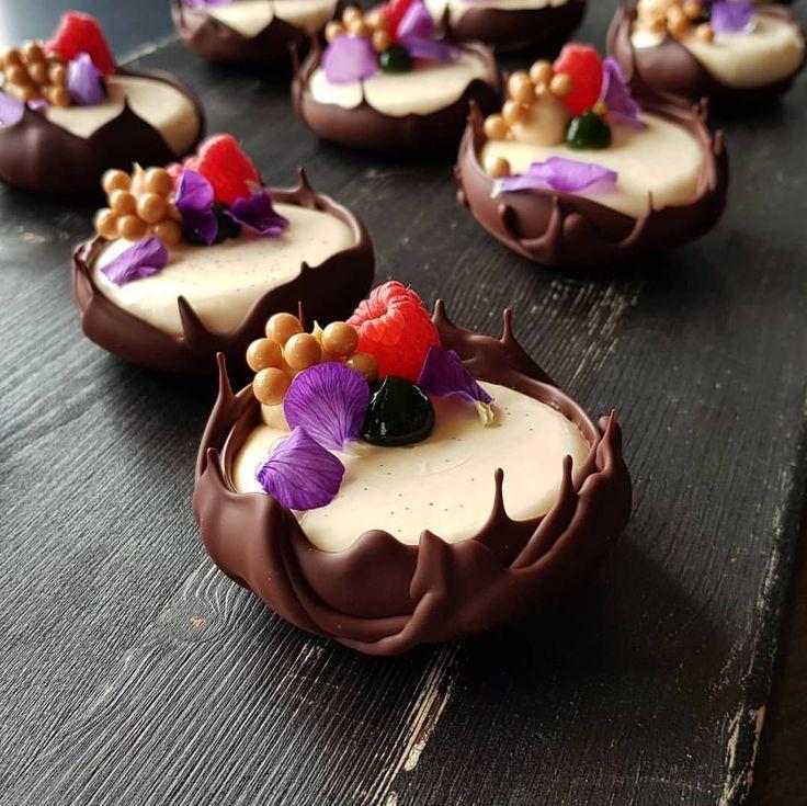 Vanille, Framboise et Manjari #pastry #pastrychef #patisserie #dessertmasters # …   – ĉokolado