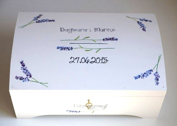 Białe pudełko na koperty ślubne i kartki od gości. Ręcznie ozdobione motywem lawendy.  Do kupienia w sklepie internetowym Madame Allure :)