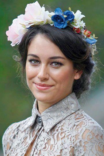 Coronas de flores XL. Solo para atrevidas, la gran tendencia este año son las coronas de flores XXL como la que llevó a una boda Blanca Suárez.