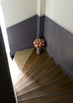 Une cage d'escalier peinte en gis et blanc