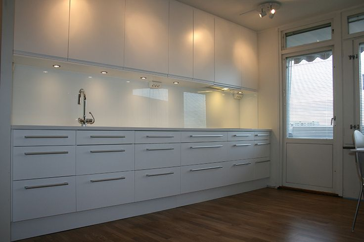 Vitt kök med vit stenskiva och vit glas som stänkskydd. | GranitKungen - Eleganta stenbänkskivor!