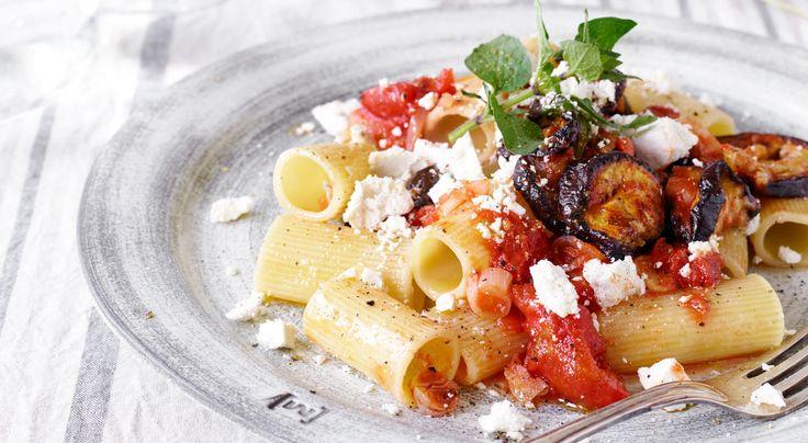 Recept på pasta à la Norma. Sältan kommer från ricotta salata, som är en lagrad ricottaost. Osten kan ersättas med en blandning av pecorinoost och ricotta- eller fetaost.
