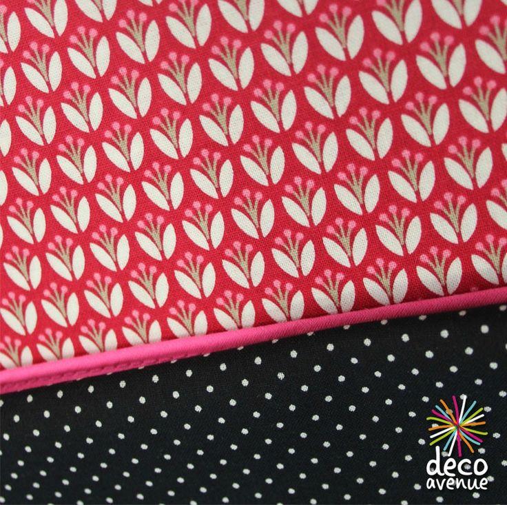 Tissu Gutterman fond rouge fleurs graphiques blanches et beige, passe poils rose fluo, et tissu noir à petit pois.. Chez Deco avenue