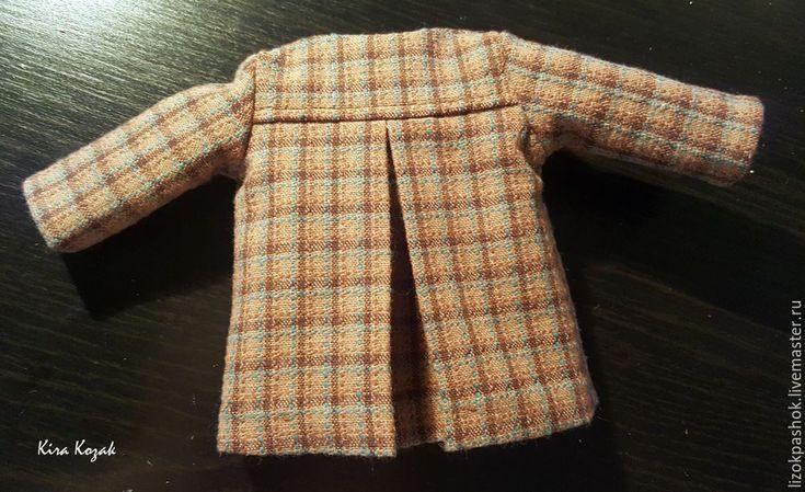 В этом мастер-классе я расскажу, как сшить пальто для куклы со складкой на спинке. Для работы нам потребуются: ткань для пальто (я взяла японский фактурный хлопок), ткань для подкладки, нитки в тон тканям, ножницы, швейная машина, пришивная кнопка и выкройка. Выкройка без учета припусков на швы на куклу ростом 25 см. На спинке пунктирной линией обозначена складка.