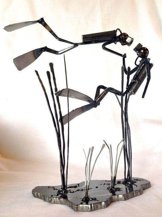 Ces plongeurs de loiseau amour prendre un moment pour lautre sous la mer... ou est-ce une proposition?? ? Cette sculpture est de forme libre conçus et fabriqués par moi, Rich Baker, mig soudé en acier au carbone, acier coupe ongles et trouvé des morceaux, puis enduit clair pour un fini durable à loxydation lente. Ce plongeur est fini, à la main, création dune sculpture aimable. Mesure 4 « de large, 8 » de long et 9 de haut. Sil vous plaît vérifier mes autres sculptures ici et sur ...