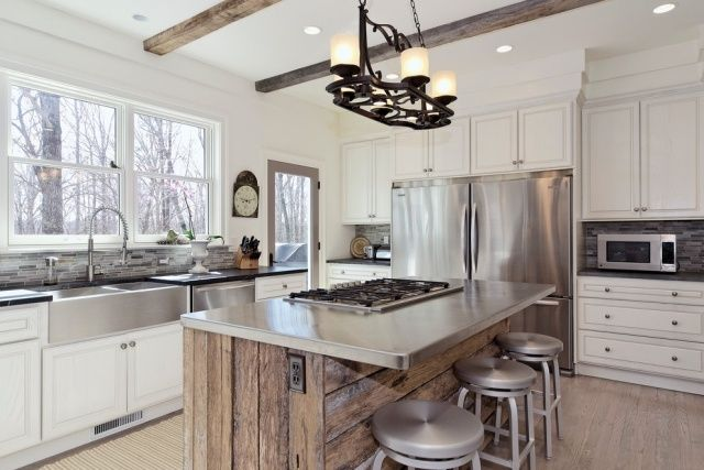 moderne Küche mit rustikalen und modernen Elemente-Edelstahl-Arbeitsplatte und Fronten