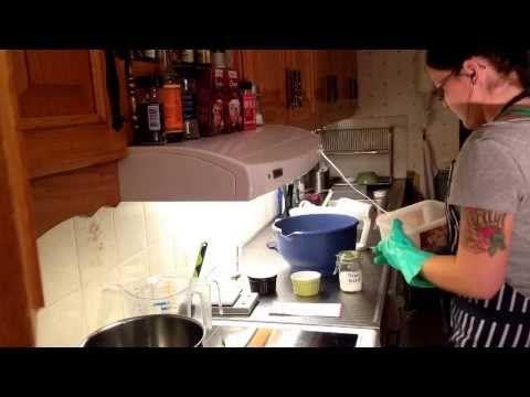 Gör kallrörd tvål! Majéla från Mollerton Soap visar dig hur! - YouTube