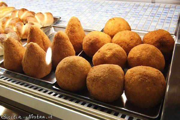 """Аранчини – традиционное сицилийское блюдо. По сути, это рисовый шарик (напоминающий апельсин, отсюда и название """"аранчини"""") с начинкой."""