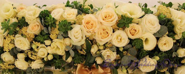 Fehér és krém esküvői főasztaldísz