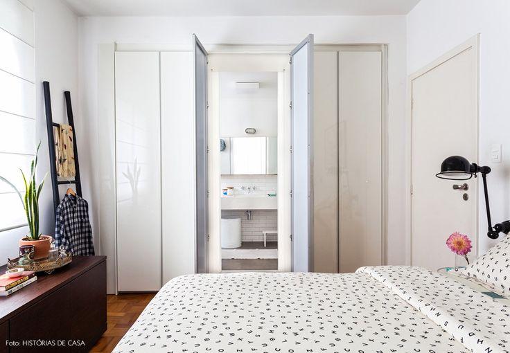 Nessa suíte, a porta do banheiro fica camuflada pela estrutura do armário.