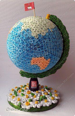 """У благотворительного фонда """"Лукойл"""", который курирует наш детский дом День рождения - вот такой подарок мы с ребятами сделали.  Флажок с гербом Пермского Края. Высота глобуса 25 см., диаметр 17 см. Сделали мы его на основе настоящего глобуса. Девчонки и мальчишки крутили ролики, а я все собирала воедино.  Здесь видно часть Евразии и Африка. фото 9"""