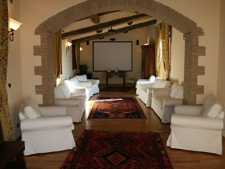 Un po' salone, un po' cinema privato. Villa in Toscana