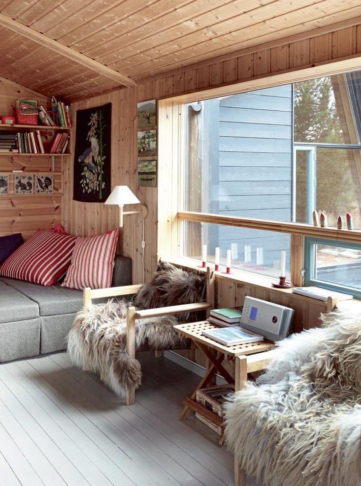 Lysere stue: Små, høytsittende vinduer ble erstattet med ett stort. Det ga godt med dagslys inn i rommet. Det nye tilbygget kan du se gjennom vinduet