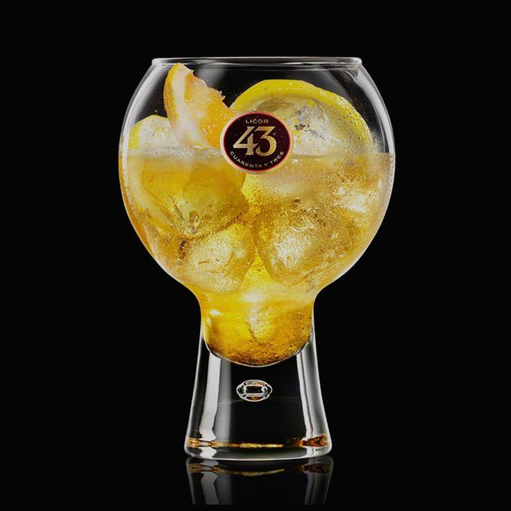 De Balón 43 is een verfrissende mix van Licor 43 met bruisend mineraalwater, citroensap en ijs. Perfect als aperitief, of voor een zonnige dag op het terras.
