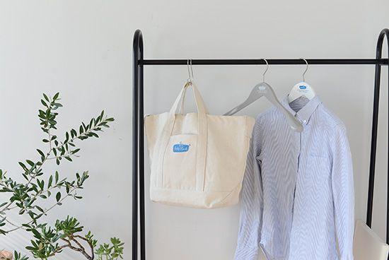 普段使いにピッタリ!大きめトートバッグ。ドイツはベルリンにあるコインランドリー、フレディ・レック・ウォッシュサロンのランドリーツールです。オーナーのフレディ・レック氏が手掛けるお洗濯のためのアイテムは、白を基調とした清潔感のあるデザインと、ポップなロゴが目印。こちらは、シンプルなトートバッグ。斜めがけにしたトートバッグを持ち、さっそうと自転車に乗っていざコインランドリーへ。ついついそんな風景を想像してしまう楽しいデザインです。もともとの用途はランドリーバッグですが、こんなにかわいいデザインなら、デイリーに