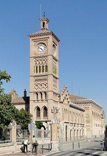 Estación de Toledo.A mediados del siglo XIX Toledo fue una de las primeras ciudades españolas que contó con ferrocarril, quedando unida a Madrid por Aranjuez y siendo inaugurada la línea por Isabel II el 12 de junio de 1858. La actual estación de Toledo, de estilo neomudéjar, fue inaugurada el 24 de abril de 1919 y es un edificio de notable belleza, especialmente los artesonados de la sala principal de la misma.