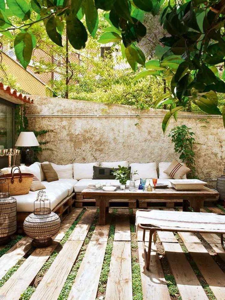 sol en traverses de bois massif, canapé d'angle assorti et coussins décoratifs multicolores