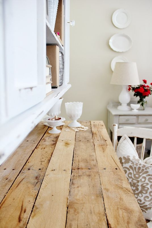 DIY:  Pallet Top Desk Tutorial - here is an excellent DIY project!  I love this desk!