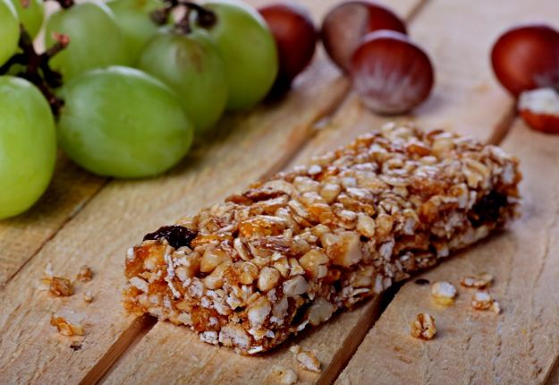 Healthy Muesli Bar Recipe - I added a cup of Choc chips to make these a perfect mid afternoon pick me up treat. They get you well and truly through the rest of the day @Caitlin Hender  @Becc Boland  @Sancha Stevenson  @Erin Gain