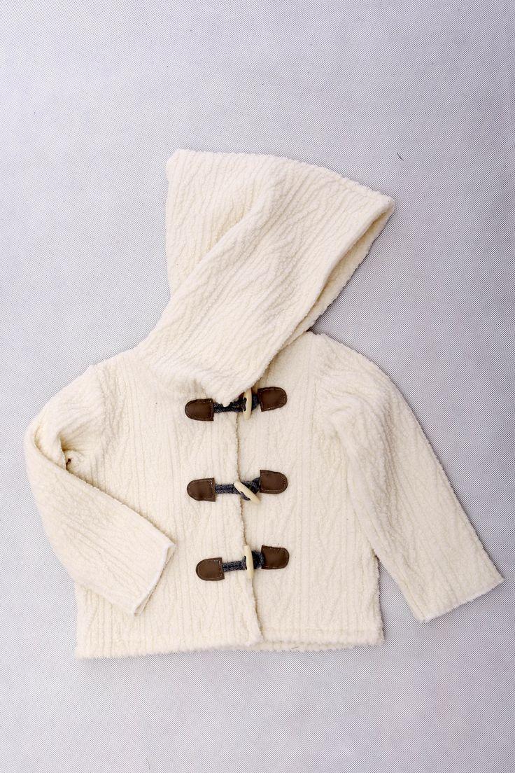 Sonia / bluza. Bluza ala kurtka z miękkiej i grubej dzianiny swetrowej, zewętrzna strona w orygianalnym splocie warkoczowym, od wewnątrz delikatny, ciepły puszek, duży kaptur, zapinana na drewniane guziki i skórki #clothes #fun #kids #boccoo