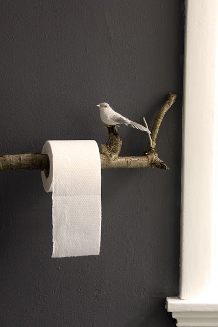 Pour des toilettes poétiques, voici un DIY simple à réaliser : une branche d'arbre, et un oiseau.