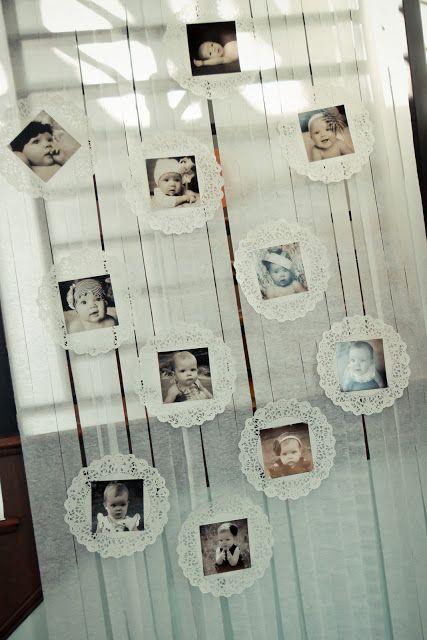 Quer exibir as fotos do seu bebê no aniversário dele? Que tal esta cortina com fitas e doiles super fofa? Corre lá nos painéis do Pinterest pra ver mais dicas para montar a sua festa. www.tudodebem.com.br