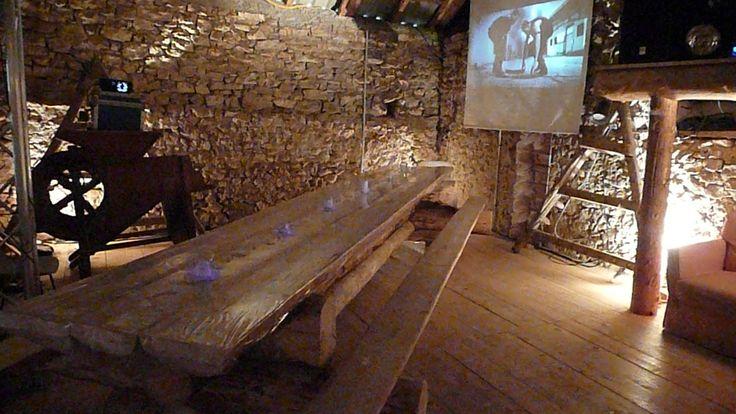 d coration de mariage boh me chic dans une vieille grange jeux de lumi res sur les murs en. Black Bedroom Furniture Sets. Home Design Ideas