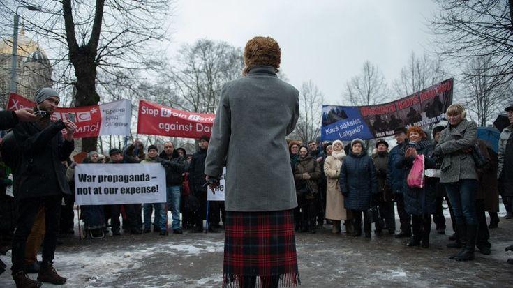 Russische Gemeinden leben im Baltikum seit Beginn der 1990er Jahre als Menschen zweiter Klasse. Sie erleben Sprach-Apartheid und den Entzug politischer Rechte. Die Stadt Riga bleibt aber eine Insel: Dort dürfen die lettischen Russen noch Politik machen.