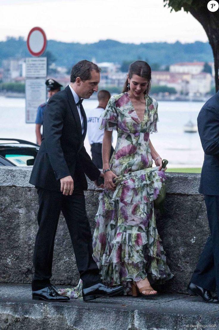 Charlotte Casiraghi et son compagnon Gad Elmaleh très gentleman arrivent à la soirée de mariage de Pierre Casiraghi et Beatrice Borromeo au château Rocca Angera (château appartenant à la famille Borromeo) à Angera sur les Iles Borromées, sur le Lac Majeur, le 1er août 2015.