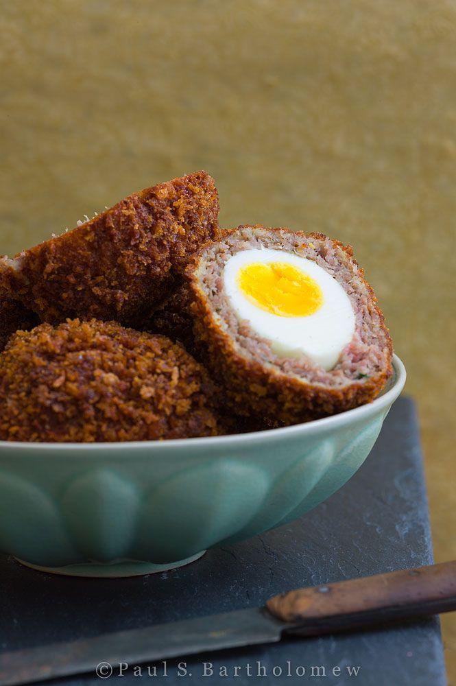 """Scotch uova sono menu comune in Inghilterra, e nonostante il loro nome, in realtà ha fatto prima apparizione in Inghilterra. Department store londinese Fortnum & Mason è accreditato """"inventare"""" nel 1738 and di contribuire ad aumentare la loro popolarità nel 18° secolo. Questa carne  is avvolta, impanata e fritta in  uovo di gallina (o di quaglia)"""