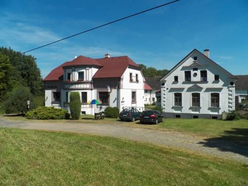 Hof Schwanberg Lomy Situated in Lomy in the Pilsen Region, 41 km from Karlovy Vary, Hof Schwanberg boasts a children's playground and views of the garden. Free WiFi is offered throughout the property and free private parking is available on site.