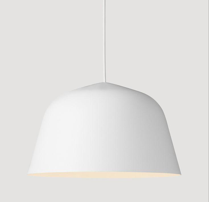 Ambit lampe fra Muuto er designet av TAF Architects for Muuto. Lampen har et enkelt og tidløst design. Ambit er malt for hånd og kommer i flere delikate farger. Alle varianter har en hvit innerside som sørger for optimal refleksjon av lyset. Lampen kommer i 2 størrelser; 25 cm i diameter x H 14,8 cm 40 cm i diameter x H 23,8 cm Materiale: pulverlakkert aluminium Lampen leveres med 4 meter gummiledning i samme farge som lampen. Maks 60 watt/11 watt LED RAL CODE: 3016